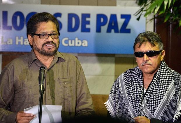 Os comandantes das Farc Ivan Marquez e Jesus Santrich participam de rodada de negociações de paz com a Colômbia em Havana nesta segunda-feira (19) (Foto: Adalberto Roque/AFP)