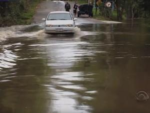 ERS-149, em Restinga Seca, está com água na pista (Foto: Reprodução/RBS TV)