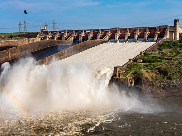 Hidrelétrica de Itaipu escoa pelo vertedouro o excedente de água do reservatório em função do grande volume de chuvas em rios do Paraná (Foto: Rubens Fraulini / Itaipu Binacional)