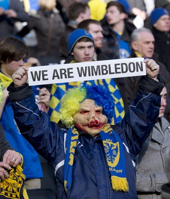 torcida do afc wimbledon, no jogo contra milton keynes dons (Foto: ADRIAN DENNIS / AFP)