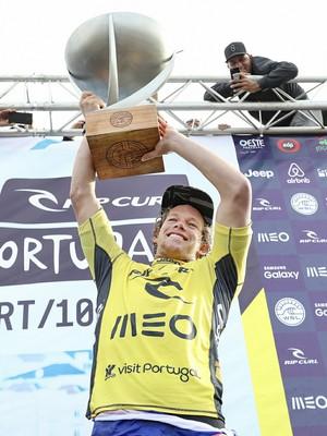 John John Florence ergue troféu de campeão mundial (Foto: Divulgação / WSL)