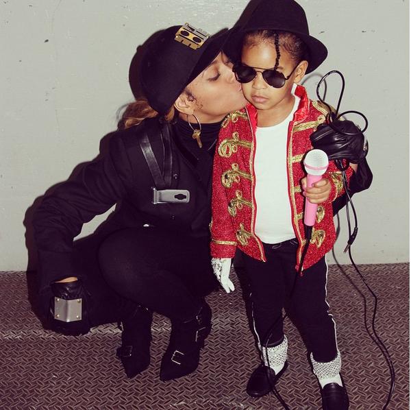 Beyoncé com a filha fantasiadas de Janet e Michael Jackson no Halloween de 2015 (Foto: Instagram)