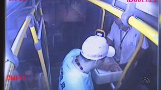 Jovem diz à polícia que era obrigado pela mãe a participar de assaltos a ônibus em Porto Alegre