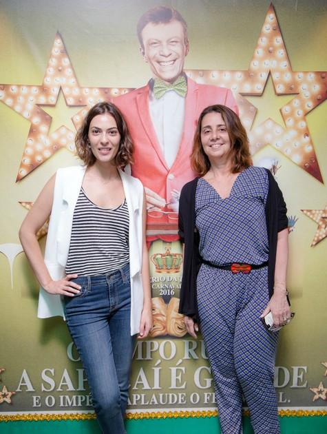 Isabel Wilker e Claudia Montenegro no barracão do Império da Tijuca (Foto: Carlos Lucio)