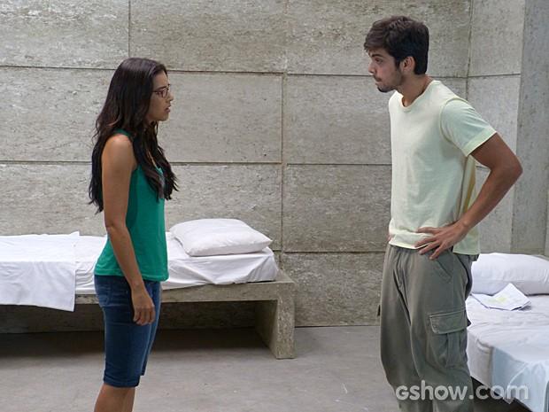 Marlon conta para Celina que fórmula está no pingente que entregou a Lili (Foto: Além do Horizonte/TV Globo)