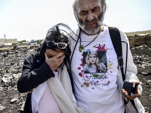 Os pais de Fatima Dyczynsk, de 25 anos, morta na queda do avião da Malaysia Airlines, chegam ao local do acidente neste sábado (26) (Foto: Bulent Kilic/AFP)