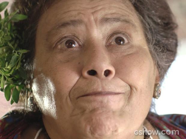 Mãe Benta dá uma pista sobre quem são os possíveis autores das cartas (Foto: Meu Pedacinho de Chão/TV Globo)