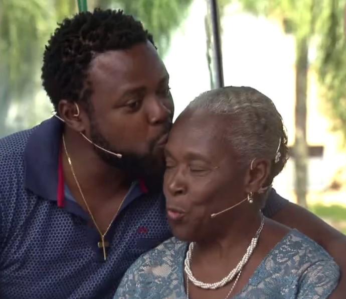 Érico Brás dá um beijo na mãe, Dona Valquíria (Foto: TV Globo)