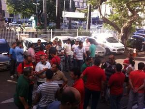 Militares se reúnem em frente a Assembleia Legislativa para reunião entre comissão e Assembleia (Foto: Fabiana Mutiis/G1)