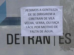 Aviso na porta do Ciretran (Foto: Reprodução/ TV Gazeta)
