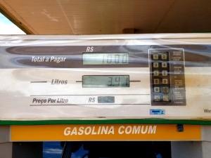 Gasolina pode chegar a R$ 3,12 a partir de amanhã, R$ 1,80 a mais do que o valor atual (Foto: Larissa Matarésio/G1)