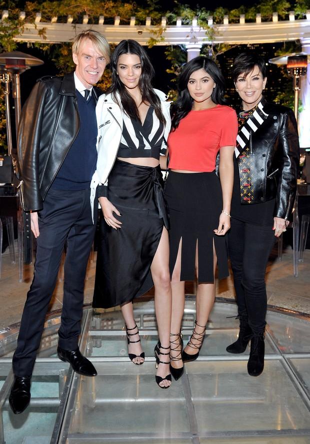 Ken Downing, diretor de moda da loja de departamentos Neiman Marcus, Kendall Jenner, Kylie Jenner e Kris Jenner em evento de moda em Los Angeles, nos Estados Unidos (Foto: Donato Sardella/ Getty Images)