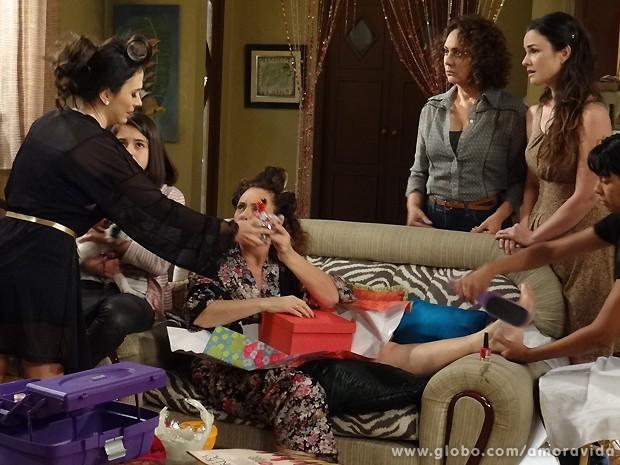 Momentos antes, Márica fica tentando entender que tipo de presente é esse... (Foto: Amor à Vida / TV Globo)
