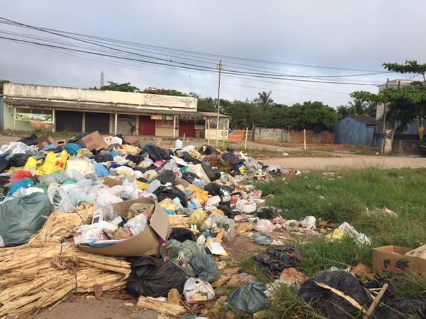 Lixo está acumulado nas ruas do segundo distrito (Foto: Luana Medeiros/Arquivo Pessoal)