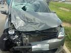 Carro colide em moto e deixa um morto e outro ferido na BR-104, em PE