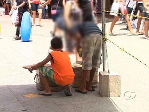 Crianças são flagradas trabalhando no centro de Maceió (Foto: Reprodução/Tv Gazeta)