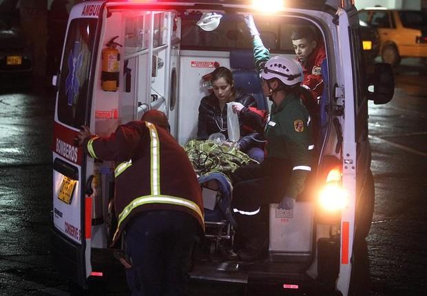 Equipes de paramédicos chegam com sobreviventes do avião da Lamia que transportava a equipe da Chapecoense ao hospital, após acidente na Colômbia (Foto: Luis Eduardo Noriega A./EFE)