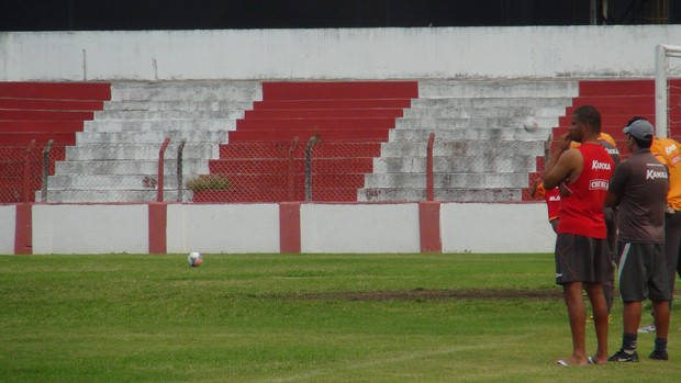 Júlio César ficou de fora no treino desta sexta por conta de machucado no pé (Foto: Henrique Pereira/ GloboEsporte.com)