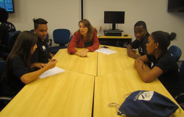 A repórter Helen Sacconi dividiu com os educandos um pouco do dia a dia de um jornalista (Foto: divulgação EPTV)