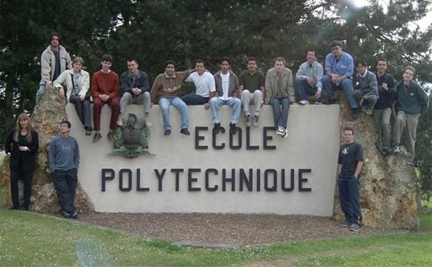 Elison (1º à esq.) e outros alunos estrangeiros aceitos na École Polytechnique, na França, posam na entrada da universidade (Foto: Elison Matioli/Arquivo Pessoal)