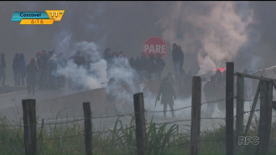 Em protesto, integrantes do MST voltam a bloquear estradas no Paraná