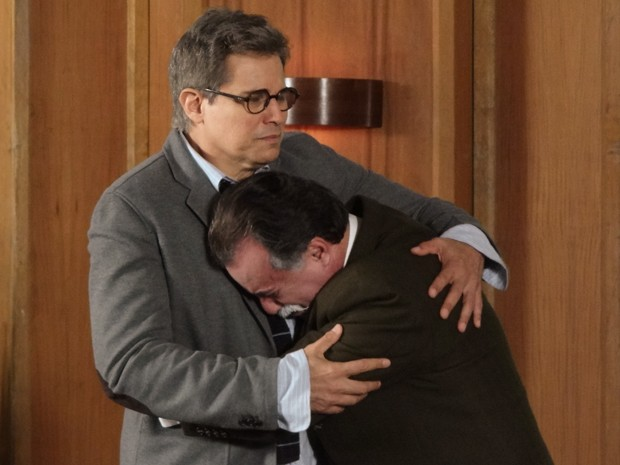 O machista fica desesperado e chora no colo de Felipe (Foto: Guerra dos Sexos/TV Globo)
