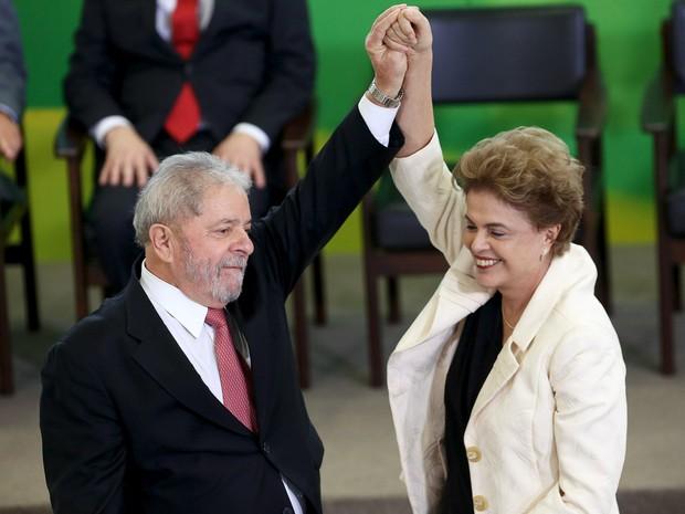 A presidente Dilma Rousseff e o ex-presidente Luiz Inácio Lula da Silva durante posse de Lula no cargo de ministro-chefe da Casa Civil em Brasília (Foto: Adriano Machado/Reuters)
