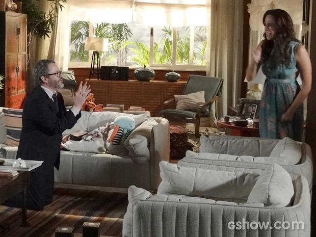 Nando implora perdão de joelhos (Foto: Em Família / TV Globo)