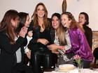 Ticiane Pinheiro se diverte com amigas em festa em São Paulo
