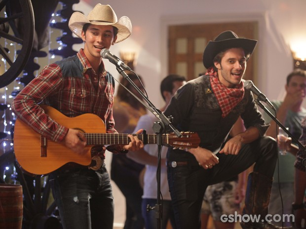 Ben e Martin se apresentam no apê de Zelândia (Foto: Pedro Curi / Tv Globo)