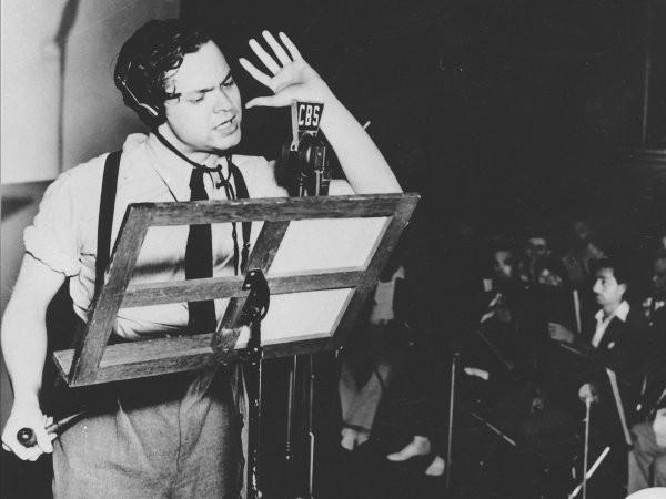 Orson Wells na sua transmisso mais famosa (Foto: Divulgao)
