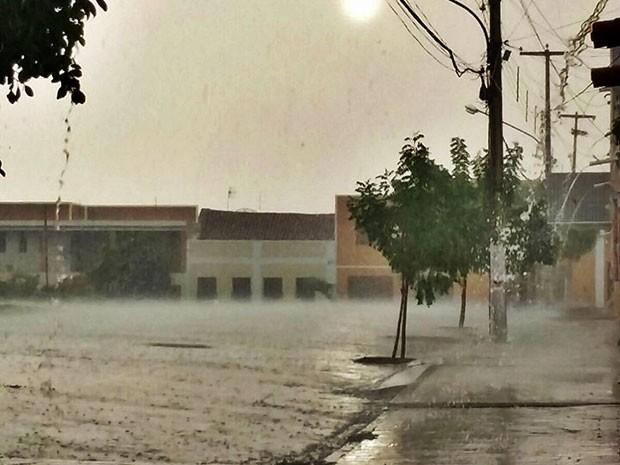 Chuva foi registrada na cidade de Campo Grande, RN (Foto: Diego Moicano/CG na Mídia)