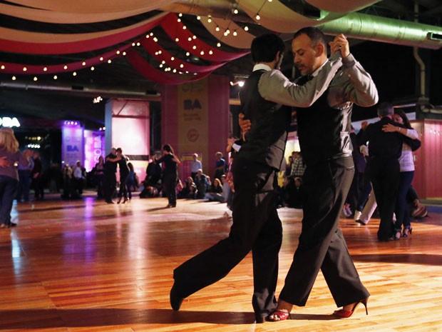 Os argentinos Claudio Siufe e Esteban Mioni competem no concurso de tango; nos seus primórdios, o ritmo era dançado entre homens (Foto: Enrique Marcarian/Reuters)