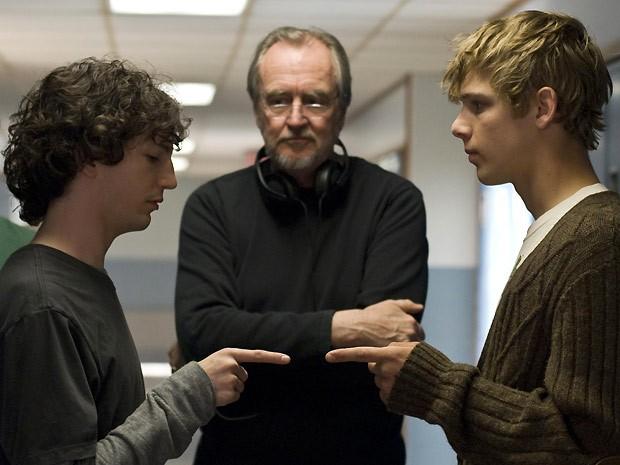 Os atores John Magaro e Max Thieriot são observados pelo diretor Wes Craven enquanto se preparam para gravar uma cena (Foto: Nicole Rivelli/Rogue)