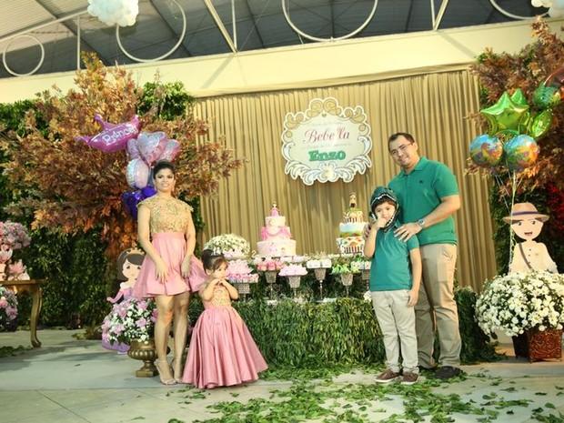 Xand, do Aviões do Forró, com a mulher, Isabele Temóteo, no aniversário dos filhos dele em Fortaleza, no Ceará (Foto: Divulgação)