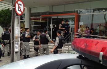 Policiais do 1° Batalhão foram chamado até o banco no Parque Solon de Lucena (Foto: Walter Paparazzo/G1)