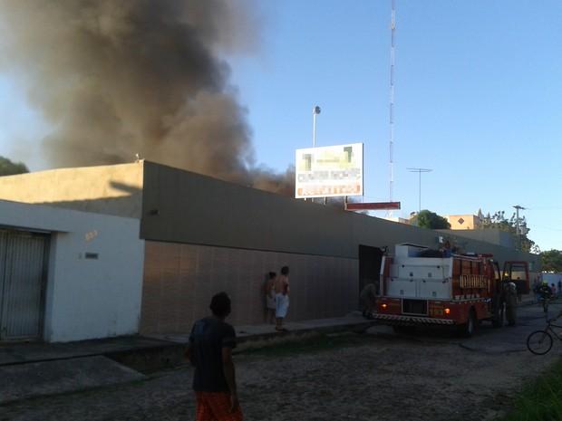 Corpo de Bombeiros chegou rápido ao local (Foto: Gil Oliveira/ G1)