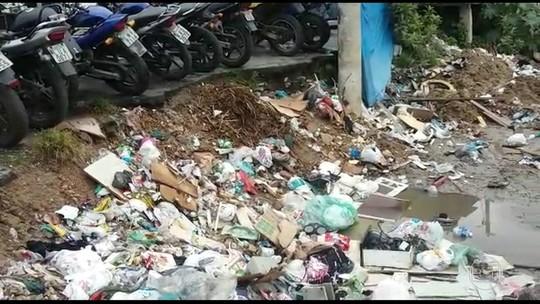 Comunidades sofrem com lixo e barro durante chuva forte no Rio