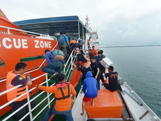 Equipes de buscam se preparam para a retomada dos trabalhos de busca ao avião no Mar de Java nesta terça-feira (30) (Foto: ADEK BERRY / AFP)