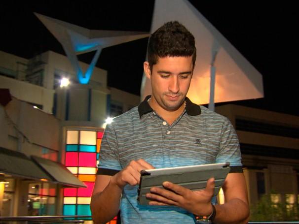 O empresário Rafael Furtado não se desliga da internet e faz tudo pelo celular, de pagamento de contas a compras. como será? (Foto: Globo)