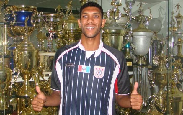 Djavan veste a camisa do Corinthians-AL (Foto: W9 Sports Divulgação Corinthians-AL)