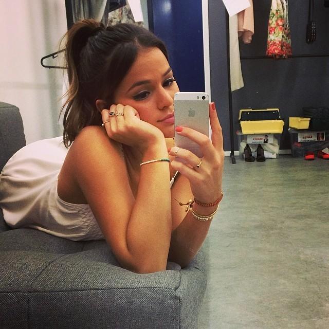 55c083de7cd Bruna Marquezine faz selfie entediado - Quem