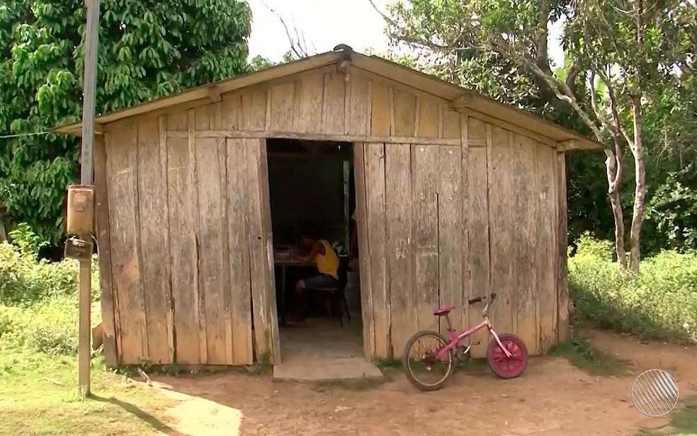 Barraco usado como escola na zona rural de Ilhéus, no sul da Bahia (Foto: Imagem/Tv Santa Cruz)