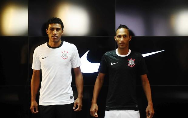 Liedson e Paulinho com a camisa nova do Corinthians (Foto: Marcos Ribolli / Globoesporte.com)