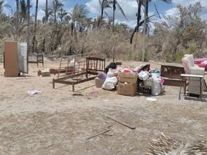 Móveis e vários objetos que foram tirados das residências em chamas (Foto: Renan Nunes/TV Clube)