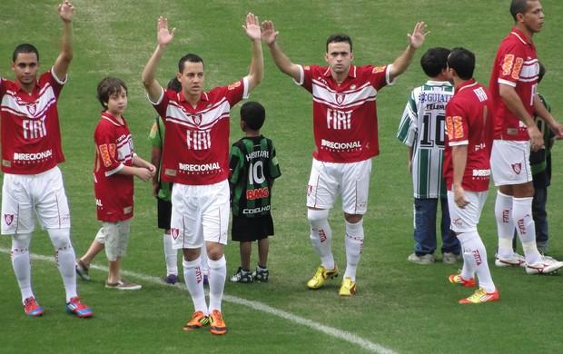 Jogadores do América-MG usam camisa vermelha (Foto: Rodrigo Fuscaldi / Globoesporte.com)