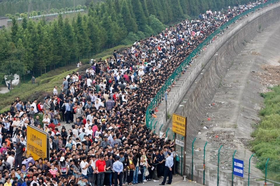 Visitantes de parque se acotovelam para ver a cheia do Rio Qiantang, em Hangzhou