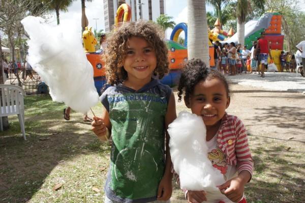 As crianças também aproveitaram a distribuição gratuita de pipoca e algodão doce (Foto: Daniel Sousa/TV Paraíba)
