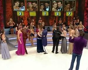 Telão mostra o placar final da repescagem e indica o empate entre Daniel e Edílson (Foto: Domingão do Faustão / TV Globo)