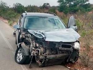 Carro que foi alvo do assaltante e atingido por caminhão na Bahia (Foto: Divulgação/Polícia Civil)
